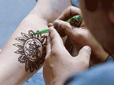 Рисовать хной на руках