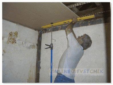 Проводить отделочные работы потолка