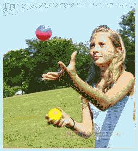 Научится жонглировать двумя предметами