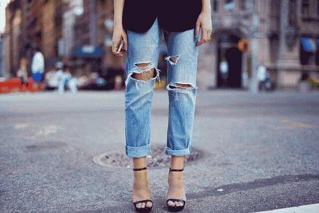 Как на джинсах на коленях сделать дырки