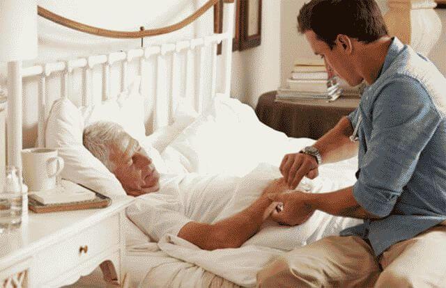 Как и чем лечить пролежни у лежачих больных
