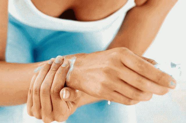 Болит кисть руки при сгибании: что делать?